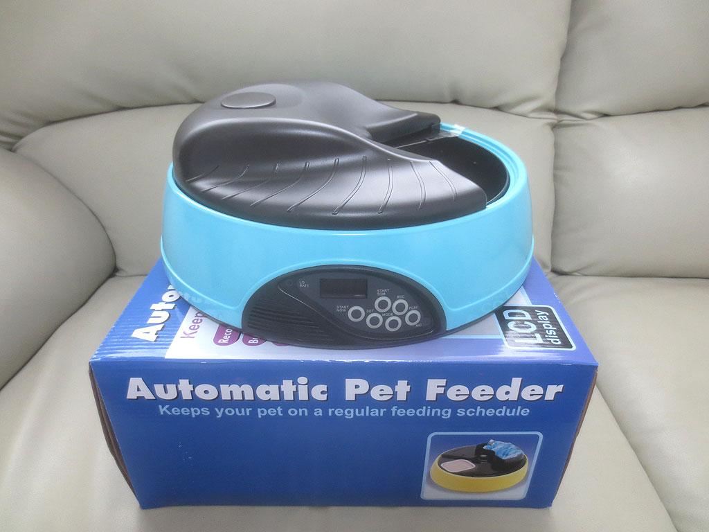 ブルー自動給餌器です。