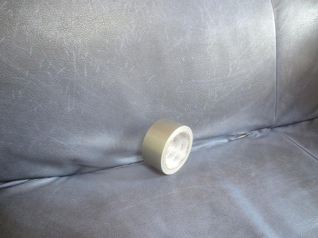 ソファーにビニールテープを張ります。