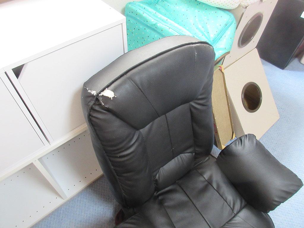 黒い回転座椅子。