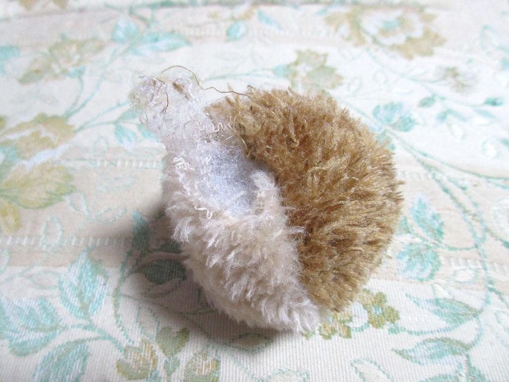 綿が飛び出たボール。
